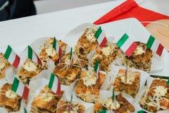 Zbliżenie typowy hiszpański Pincho De Tortilla, hiszpański omelete słuzyć na chlebie Hiszpańskich tapas nazwani pintxos bask fotografia royalty free