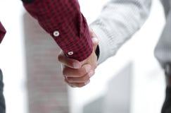 zbliżenie uścisku dłoni kierownik i klient zdjęcie stock