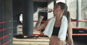 Zbliżenie widok młoda kobieta ma przerwę po ciężkiego szkolenia bokserską torbą obraz stock