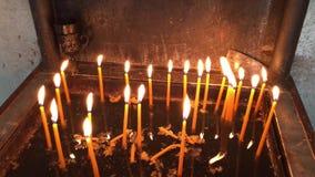 Zbliżać się świeczka właściciel w Ortodoksalnym kościół zbiory wideo