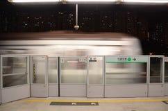 Zbliżać się pociąg na Hong Kong MTR platformie Obraz Royalty Free