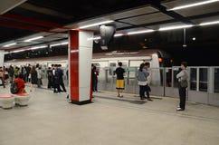 Zbliżać się pociąg Z pasażerami Czeka na Hong Kong MTR platformie Zdjęcie Stock