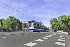 Zbliżać się tramwaj w Amsterdam centrum miasta, holandie Zdjęcie Stock