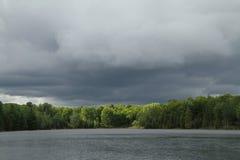 Zbliża się burza Nad jeziorem Zdjęcie Stock