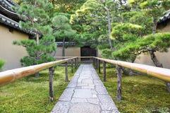 Zbliża się drogę świątynia W świątyni Daitoku-ji, Zdjęcie Royalty Free