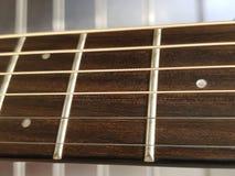 zbliża się fingerboard gitara akustyczna, instrument muzyczny, tło i tekstura, obraz stock
