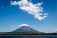 Zbliża się wulkanu poczęcie na Ometepe wyspie, Nikaragua od wody. obrazy royalty free