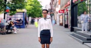 Zbliża wewnątrz czasu upływ ładna amerykanin afrykańskiego pochodzenia dama w ruchliwej ulicie na letnim dniu zbiory