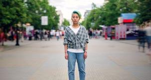 Zbliża wewnątrz czasu upływ ładny Azjatycki nastolatek patrzeje kamerę z poważną twarzą zbiory