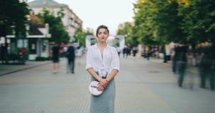 Zbliża wewnątrz czasu upływ poważna kobieta w przypadkowej odzieży pozycji w ruchliwej ulicie zdjęcie wideo