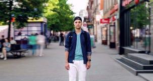 Zbliża wewnątrz czasu upływu portret atrakcyjny uczeń z plecakiem w miasto ulicie zdjęcie wideo