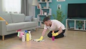 Zbliża wewnątrz młody człowiek sprząta w górę ruszać się nowy mieszkanie po zbiory