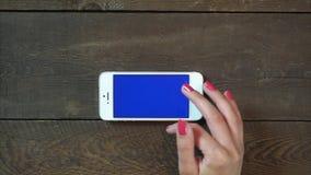 Zbliża Wewnątrz rękę Smartphone z Błękitnym ekranem Zdjęcie Stock