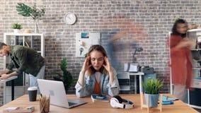 Zbliża wewnątrz upływ pracownika cierpienie od migreny w biurze przy biurkiem zbiory wideo