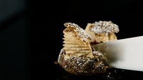 Zbliżeń choux pojedynczy francuski deserowy ciasto ciie dużym nożem zbiory