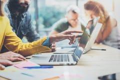 Zbliżeń Grupowi Młodzi Coworkers Wpólnie Dyskutuje Kreatywnie projekt Podczas praca procesu Nowożytnych przyjaciół Biznesowy spot Zdjęcia Stock