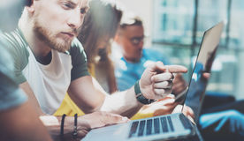 Zbliżeń Grupowi Młodzi ludzie biznesu Zbierający Wpólnie Dyskutujący Kreatywnie projekta proces Coworkers Brainstorm spotkanie Obraz Stock