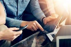 Zbliżeń Młodzi ludzie biznesu Zbierający Wpólnie Dyskutujący Kreatywnie pomysłu Nowożytnej kawiarni Coworkers Spotyka komunikację obrazy stock