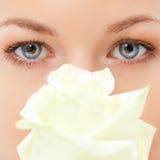 zbliżeń oczy kwitną różanej kobiety Fotografia Royalty Free