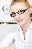 zbliżenia łasowania sałatki kobieta Fotografia Royalty Free