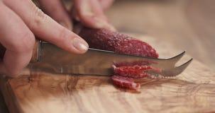 Zbliżenia żeńskiego przecinania salami cienka kiełbasa Zdjęcie Royalty Free