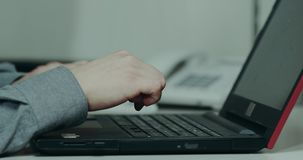 Zbliżenia biurowego biurka mężczyzna stuka na jego klawiaturze od laptopu zbiory