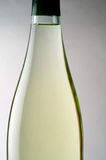zbliżenia butelkę białego wina Obrazy Royalty Free