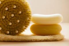Zbliżenia ciała muśnięcia mydło i pętaczki rękawiczka zdjęcia royalty free