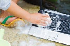 Zbliżenia cleaning komputerowy notatnik z naczynia domycia mydłem, techn fotografia royalty free