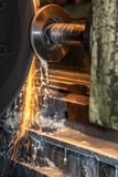 Zbliżenia CNC duży przemysłowy tokarski maszynowy rozcięcie stalowy prącie z iskrami obrazy royalty free