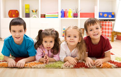 zbliżenia dzieciaki przygotowywający pokój ich Fotografia Royalty Free
