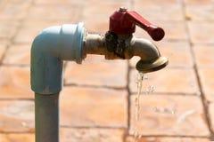 Zbliżenia faucet lub wodny klepnięcie z kroplą wodny spadek Zdjęcia Stock