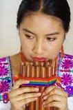 Zbliżenia headshot młoda ładna kobieta jest ubranym piękną tradycyjną andyjską odzież, siedzący puszek z podczas gdy bawić się Zdjęcie Stock