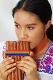 Zbliżenia headshot młoda ładna kobieta jest ubranym piękną tradycyjną andyjską odzież, siedzący puszek z podczas gdy bawić się Fotografia Royalty Free
