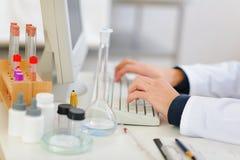 zbliżenia komputeru lekarka wręcza działanie Zdjęcia Royalty Free