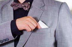 Zbliżenia man& x27; s klatki piersiowej teren jest ubranym formalnego kostium i krawat umieszcza tkankę w kurtki kieszeni, mężczy Fotografia Stock