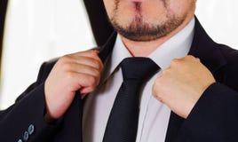 Zbliżenia man& x27; s klatki piersiowej teren jest ubranym formalnego kostium i krawat przystosowywa kurtka kołnierz, używać rękę Obrazy Stock