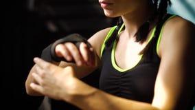 Zbliżenia panning napadu kobiety opakowania ręki z bandażem nagrywają narządzanie dla bokserskiego stażowego zwolnionego tempa zdjęcie wideo