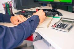 Zbliżenia pióro na papierkowych robót kontach z mężczyzna use komputerem save dane w tle księgowości tła kalkulatora pojęcia ręka Obrazy Stock