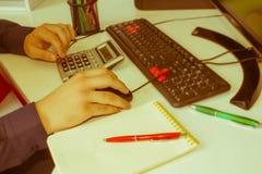 Zbliżenia pióro na papierkowych robót kontach z mężczyzna use komputerem save dane w tle księgowości tła kalkulatora pojęcia ręka Zdjęcie Stock