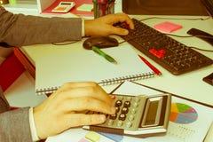 Zbliżenia pióro na papierkowych robót kontach z mężczyzna use komputerem save dane w tle księgowości tła kalkulatora pojęcia ręka Zdjęcie Royalty Free
