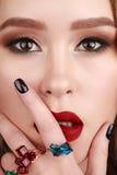 Zbliżenia piękna portret jest ubranym pierścionki z zielenią młoda kobieta, Zdjęcie Stock