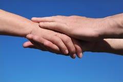 zbliżenia ręki mienia mężczyzna stara kobieta zdjęcia royalty free