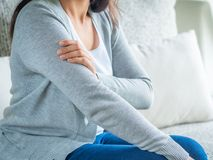Zbliżenia ` s żeńska ręka Ręka uraz i ból Opieka zdrowotna i student medycyny obrazy stock