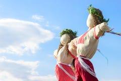 Zbliżenia strach na wróble w wsi Ukraina Strach na wróble przeciw niebu zdjęcia stock