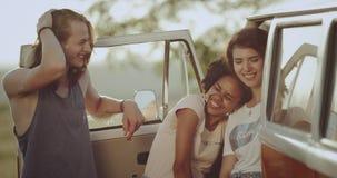 Zbliżenia trzy przyjaciele uśmiecha się patrzeć kamera po środku natury, obok informaci ich retro autobus zdjęcie wideo