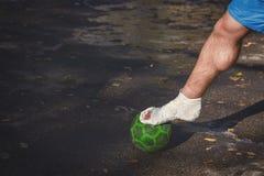 zbliżenia urazu nogi mięśnia bólu biegacza działający sporty plamią uda macanie Gracz futbolu łamał jego nogę obraz royalty free