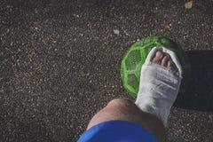 zbliżenia urazu nogi mięśnia bólu biegacza działający sporty plamią uda macanie Gracz futbolu łamał jego nogę fotografia royalty free