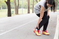 zbliżenia urazu nogi mięśnia bólu biegacza działający sporty plamią uda macanie Kobieta z bólem w kostce podczas gdy jogging obrazy royalty free