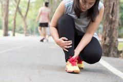 zbliżenia urazu nogi mięśnia bólu biegacza działający sporty plamią uda macanie Kobieta z bólem w kostce podczas gdy jogging obraz royalty free